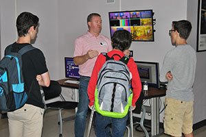 Comm. students talk with alum Brad Cheney