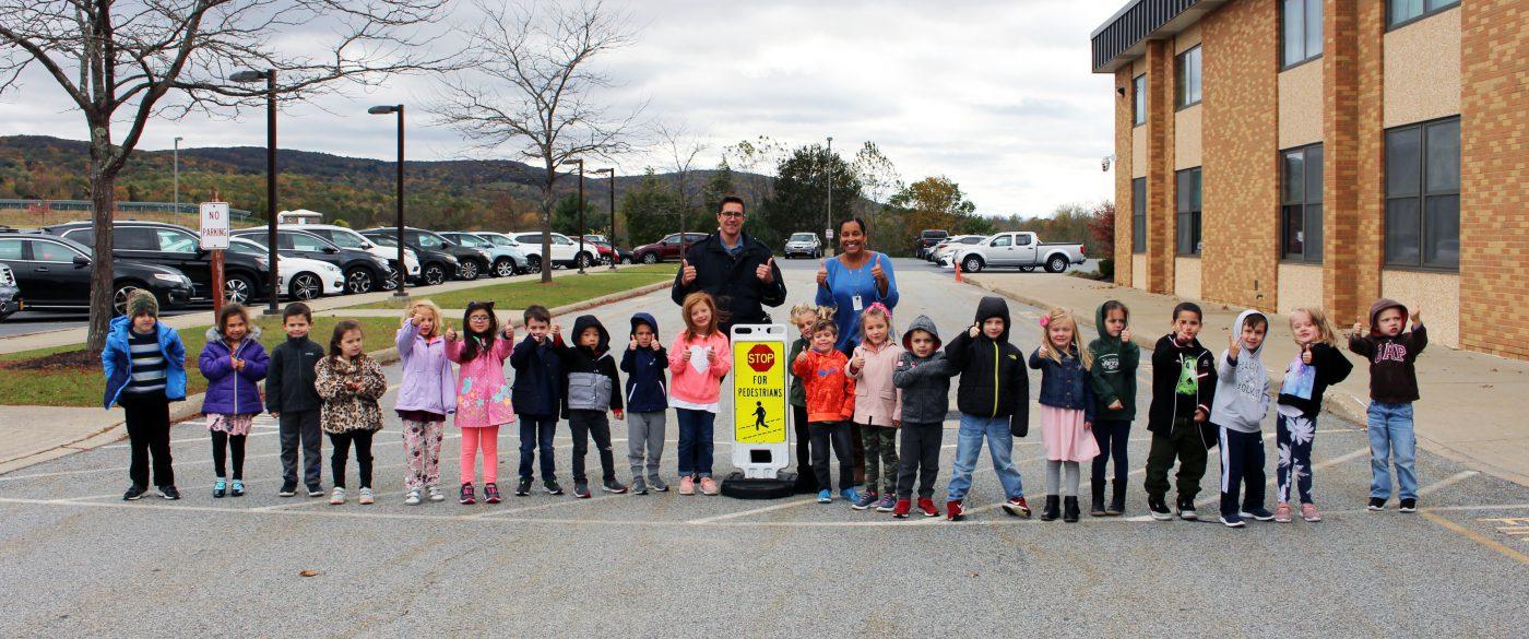 sandfordville kindergarteners with SRO